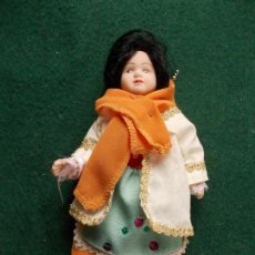Muñecas Porcelana: MUÑECA DE PORCELANA 22 CM. VESTIDOS DEL MUNDO. Lote 122089067