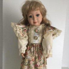 Muñecas Porcelana: MUÑECA DE PORCELANA CON PEANA DE 40CM. Lote 124629215