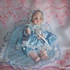 Muñecas Porcelana: BEBE DE PORCELANA CON VESTIDO AZUL Y TROZO DE TELA AZUL. Lote 126656075