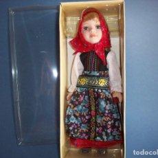 Muñecas Porcelana: MUÑECA PORCELANA PORCELAINE DOLLS CON PAÑUELO ROJO CON CAJA. Lote 126659591