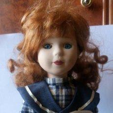 Muñecas Porcelana: PRECIOSA MUÑECA DE PORCELANA CON PEANA DE METAL. Lote 128868411