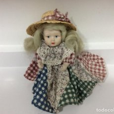 Muñecas Porcelana: PEQUEÑA MUÑECA DE PORCELANA ATAVIADA COMO CAMPESINA. Lote 133007834