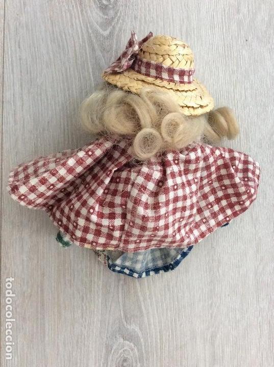 Muñecas Porcelana: Pequeña muñeca de porcelana ataviada como campesina - Foto 2 - 133007834