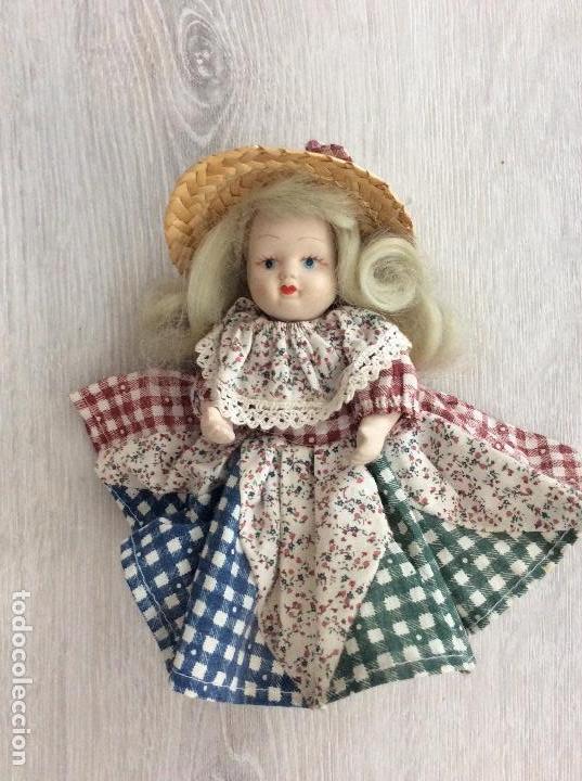 Muñecas Porcelana: Pequeña muñeca de porcelana ataviada como campesina - Foto 3 - 133007834