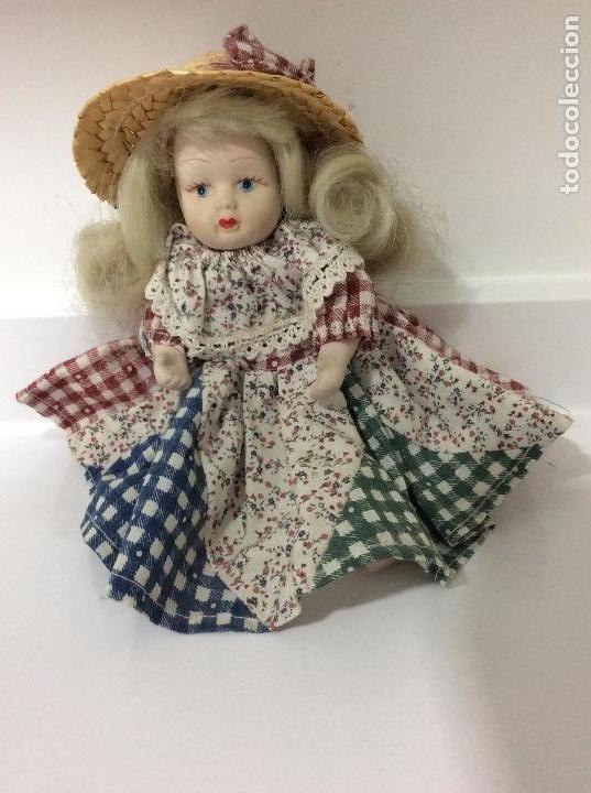 Muñecas Porcelana: Pequeña muñeca de porcelana ataviada como campesina - Foto 4 - 133007834