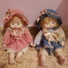 Muñecas Porcelana: ANTIGUAS MUÑECAS GEMELAS DE PORCELANA CON CUERPO DE TRAPO. Lote 135530939