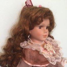 Muñecas Porcelana: PRECIOSA GRAN MUÑECA DE PORCELANA AÑOS 70 CON BONITO VESTIDO TODO DETALLE 57 CM. Lote 136223418