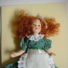 Bambole Porcellana: MUÑECA EN PORCELANA VESTIDO VERDE CON FLORES . Lote 136311314