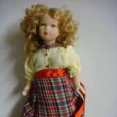 Bambole Porcellana: MUÑECA EN PORCELANA CON FALDA DE CUADROS Y BLUSA AMARILLA . Lote 136312070