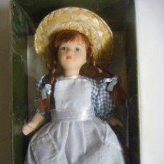 Bambole Porcellana: MUÑECA EN PORCELANA VESTIDO BLANCOY GRIS Y SOMBRERO DE PAJA . Lote 136426374