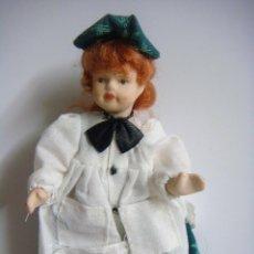 Bambole Porcellana: MUÑECA EN PORCELANA CON VESTIDO VERDE GORRITA VERDE. Lote 136426514