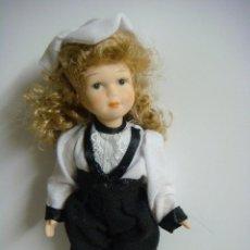 Bambole Porcellana: MUÑECA EN PORCELANA DE PANTALON NEGRO Y GORRITO BLANCO . Lote 136426526