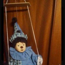 Muñecas Porcelana: ARLEQUÍN FIGURA PAYASO DE PORCELANA EN BANCO DE MADERA APROX 40CM. Lote 138712325