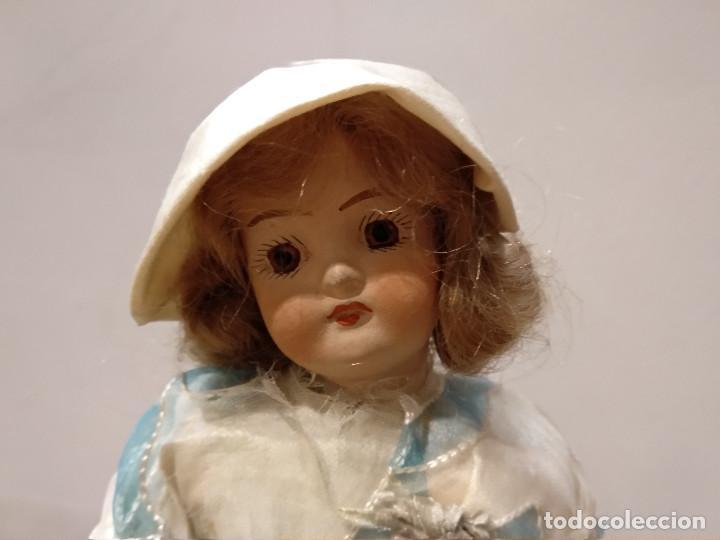 Muñecas Porcelana: ANTIGUA MUÑECA DE PORCELANA SOBRE PODIO O PEDESTAL - Foto 2 - 139806430