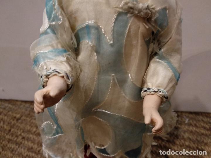Muñecas Porcelana: ANTIGUA MUÑECA DE PORCELANA SOBRE PODIO O PEDESTAL - Foto 3 - 139806430