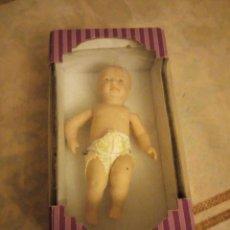 Muñecas Porcelana: MUÑECA BEBE DE PORCELANA. CON PAÑAL NUEVO EN CAJA ORIGINAL.ARTICULADA. Lote 140938558