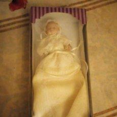 Muñecas Porcelana: MUÑECA BEBE DE PORCELANA TRAJE DE BAUTISMO,NUEVA EN CAJA,ARTICULADA.. Lote 140938918