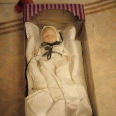 Muñecas Porcelana: MUÑECA BEBE DE PORCELANA TRAJE DE BAUTISMO,NUEVA EN CAJA,TODA DE PORCELANA ARTICULADA.. Lote 140939002