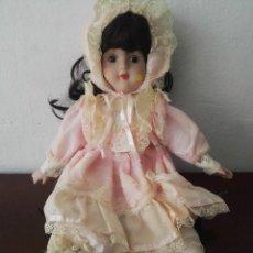 Muñecas Porcelana: MUÑECA PORCELANA CON VESTIDO ROSA. Lote 140940630