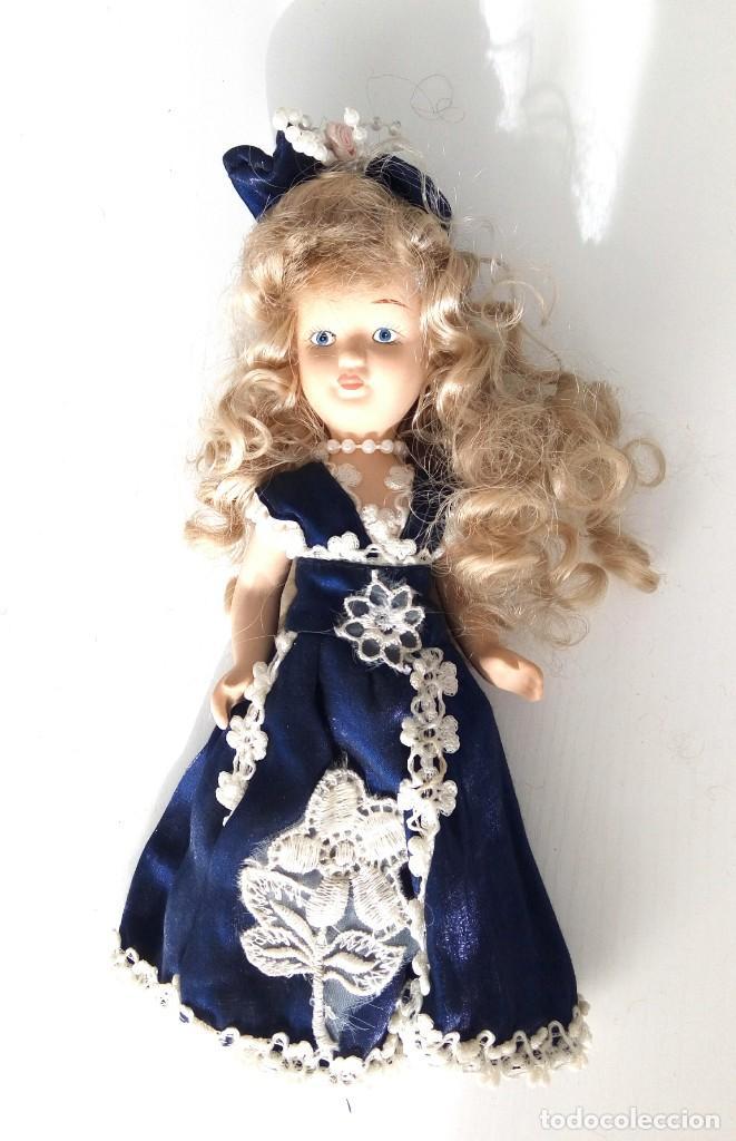 Muñecas Porcelana: 2 Pequeñas muñecas de porcelana con articulación. Con soporte, 23 cm. - Foto 2 - 143155654
