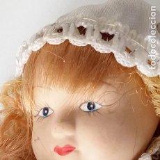 Muñecas Porcelana: PEQUEÑA MUÑECA DE PORCELANA CON ARTICULACIÓN. CON SOPORTE, 23 CM.. Lote 143157478