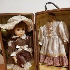 Muñecas Porcelana: MUÑECA DE PORCELANA CON SU ARMARIO, MAS OTRO CONJUNTO DE ROPA. Lote 143317614