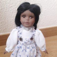 Muñecas Porcelana: MUÑECA DE PORCELANA MORENITA CON SOPORTE. Lote 143782325