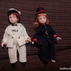 Muñecas Porcelana: PEQUEÑAS MUÑECAS DE PORCELANA.ANTIGUOS OFICIOS. LECHERA. SOLDADO.ARTICULADAS. . Lote 144917138