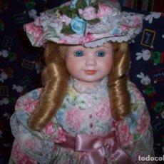 Muñecas Porcelana: MUÑECA DE PORCELANA DE 42CM CON PEANA. Lote 146560290