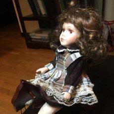 Muñecas Porcelana: PRECIOSA MUÑECA DE PORCELANA. CABALLITO MECEDORA. MUY BUEN ESTADO!!. Lote 147401734