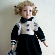 Muñecas Porcelana: BONITA MUÑECA DE PORCELANA CON PEANA ( 30 CM.). Lote 147566990