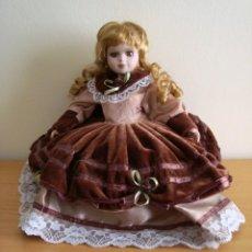 Muñecas Porcelana: BONITA MUÑECA DE PORCELANA CON BASE DE COJÍN. . Lote 147567270