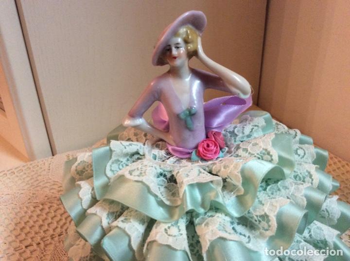 Muñecas Porcelana: Media Muñeca cubre bombonera o joyero, de porcelana inglesa con falda de raso y puntillas. - Foto 2 - 147605482