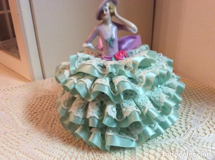 Muñecas Porcelana: Media Muñeca cubre bombonera o joyero, de porcelana inglesa con falda de raso y puntillas. - Foto 3 - 147605482