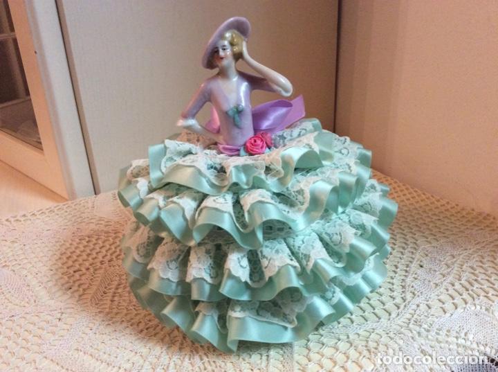 Muñecas Porcelana: Media Muñeca cubre bombonera o joyero, de porcelana inglesa con falda de raso y puntillas. - Foto 4 - 147605482