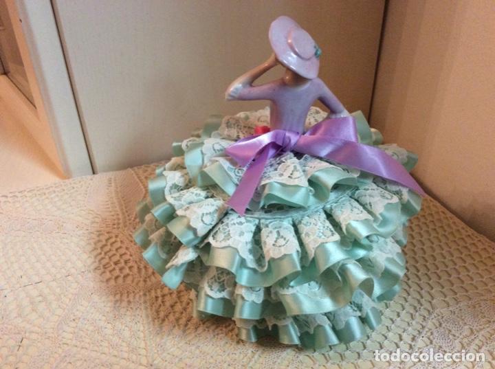 Muñecas Porcelana: Media Muñeca cubre bombonera o joyero, de porcelana inglesa con falda de raso y puntillas. - Foto 5 - 147605482