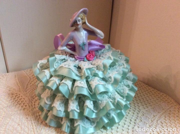 Muñecas Porcelana: Media Muñeca cubre bombonera o joyero, de porcelana inglesa con falda de raso y puntillas. - Foto 8 - 147605482