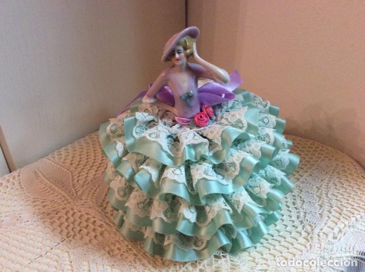 Muñecas Porcelana: Media Muñeca cubre bombonera o joyero, de porcelana inglesa con falda de raso y puntillas. - Foto 9 - 147605482