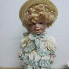 Muñecas Porcelana: MUÑECA DE PORCELANA CON GORRO DE PAJA. Lote 148238530