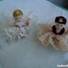 Muñecas Porcelana: PAREJA DE MUÑEQUITOS SENTADOS DE PORCELANA - CON TRAJE TÍPICO. Lote 151631826
