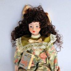 Muñecas Porcelana: ANTIGUA MUÑECA DE PORCELANA FINA FANAS HECHA A MANO 28 CM CON ETIQUETA. Lote 151635250