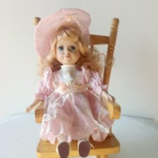 Muñecas Porcelana: MUÑECA PORCELANA SENTADA EN MECEDORA . Lote 151997018