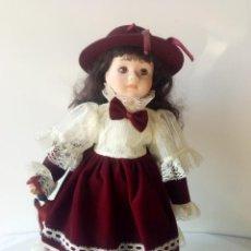 Muñecas Porcelana: MUÑECA PORCELANA CON SOMBRERO Y VIOLIN. Lote 152003042