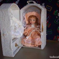 Muñecas Porcelana: MUÑECA CON ARMARIO BLANCO Y VESTIDO. Lote 154963594