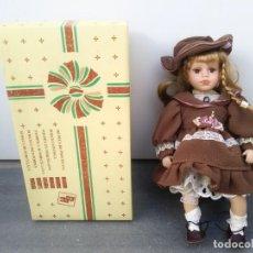 Muñecas Porcelana: MUÑECA DE PORCELANA CON SILLA DE MADERA Y CAJA REGAL ARTS. Lote 156947594