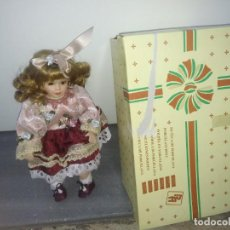 Muñecas Porcelana: MUÑECA DE PORCELANA CON SILLA DE MADERA EN SU CAJA ORIGINAL REGAL ARTS RUBIA. Lote 156948578