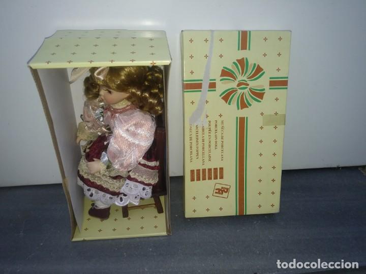 Muñecas Porcelana: MUÑECA de PORCELANA con silla de madera en su caja original REGAL ARTS rubia - Foto 2 - 156948578