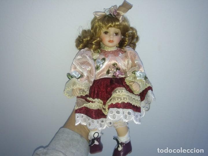 Muñecas Porcelana: MUÑECA de PORCELANA con silla de madera en su caja original REGAL ARTS rubia - Foto 4 - 156948578