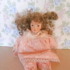 Muñecas Porcelana: MUÑECA PORCELANA CON CONJUNTO ROSA PELO RIZADO. Lote 156984206
