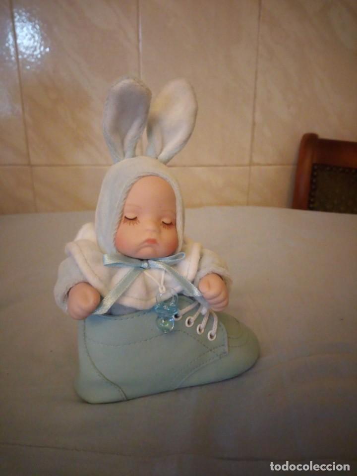 Muñecas Porcelana: Preciosa muñeca bebe de porcelana en bota de cuero azul conmusica,una nana, - Foto 2 - 167184720